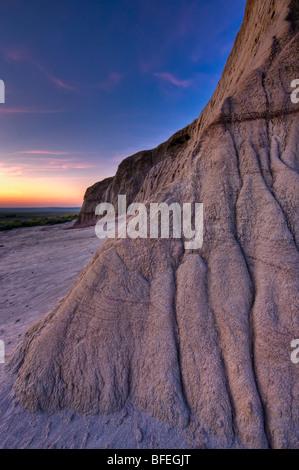 Formationen und Muster auf Burg Butte bei Sonnenuntergang in Big Muddy Badlands, südlichen Saskatchewan, Kanada - Stockfoto