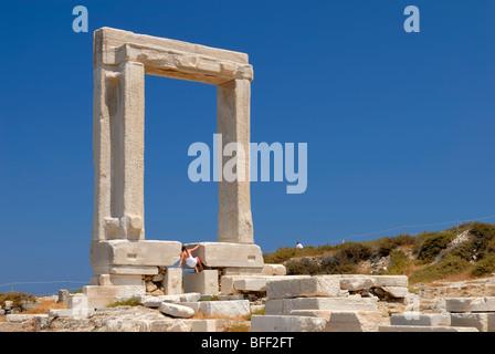 Die riesige Marmor Tor, die Portara fängt Ihr Auge, sobald Sie in Naxos ankommen. Ein Tourist versucht verzweifelt - Stockfoto