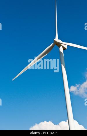 Eine Windenergieanlage und blauer Himmel, vom wilden Pferd Windpark im Staat Washington. Puget Sound Energy Company - Stockfoto