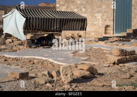 laufenden Ausgrabungen außerhalb der schützenden Abdeckung bauen das Haus des Theseus Römervilla - Stockfoto