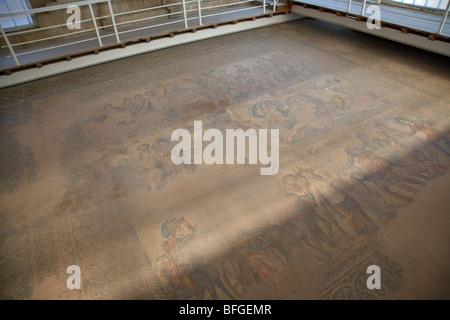 schützende Gebäude deckt die Mosaiken im Haus des Theseus Römervilla in paphos - Stockfoto
