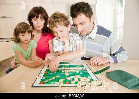 Familie spielen scrabble - Stockfoto