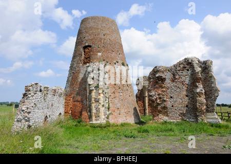 Die Überreste der St. Benet Abbey Gate und Entwässerung Mühle, Norfolk Broads, England, UK. - Stockfoto