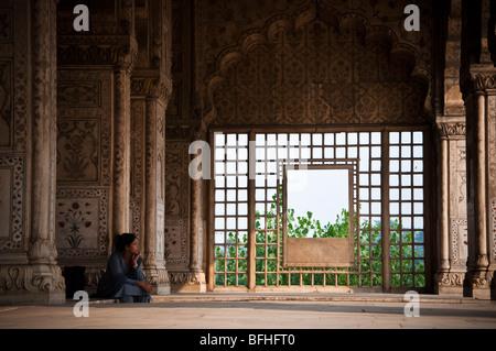 Eine indische Frau sitzt alleine in einem Tempel in Alt-Delhi, Indien - Stockfoto