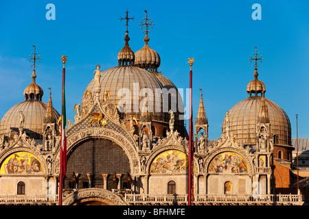 Warme Licht des Sonnenuntergangs auf die detaillierte Architektur der Basilika San Marco in Venedig, Veneto Italien - Stockfoto