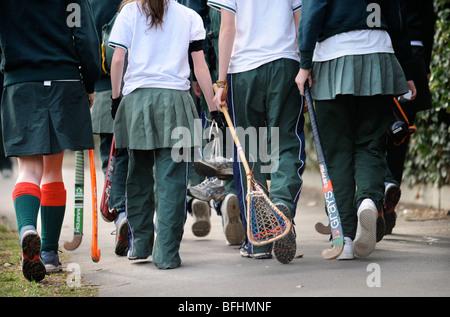 Mädchen aus Cheltenham Ladies' College auf dem Weg nach Hockey und Lacrosse üben Gloucestershire UK - Stockfoto