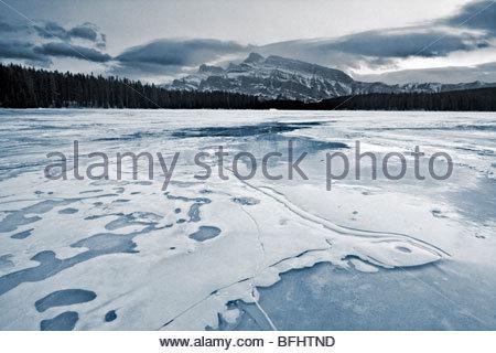 Zwei Jack-See im Winter, Banff Nationalpark - Stockfoto