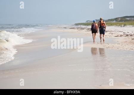 Port St. Joe, FL - Mai 2008 - junges Paar zu Fuß mit Rucksack am Strand in St. Joseph Peninsula State Park - Stockfoto