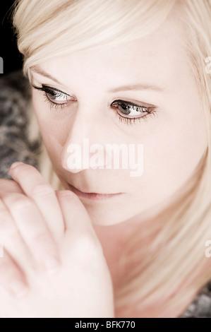 Porträt der blonden Frau denken - Stockfoto