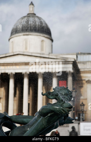 Eine Bronze-Statue Brunnen einer Dame und einem Delphin am Trafalgar Square in London - Stockfoto