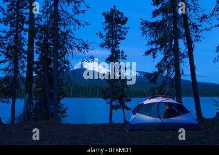 Camping am großen See mit Sonnenuntergang Blick auf Mount Washington; Cascade Mountains, Oregon.