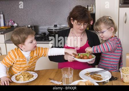 Kinder lieben Gemüse toddler abrufen Essen, shootcvs 517003. - Stockfoto