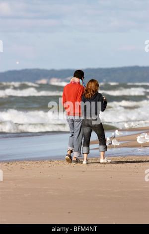 Paare, die am Strand in New Buffalo Michigan - Stockfoto