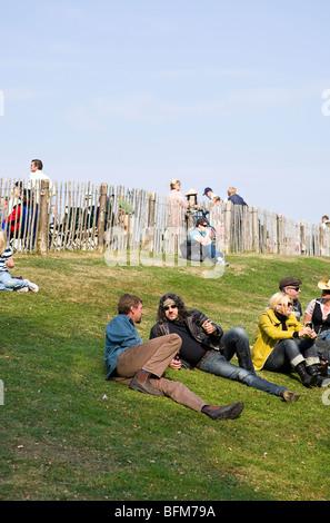 Zuschauer, die sich in verschiedenen Outfits kleiden, entspannend im Goodwood Revival, Chichester, West Sussex, - Stockfoto