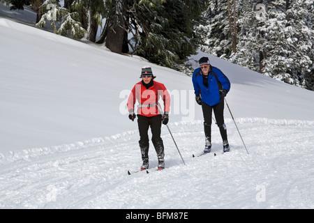 Nordic oder Langlauf Skifahrer auf einer präparierten Trail am Mount Bachelor Nordic Ski Area in Oregon Cascade - Stockfoto