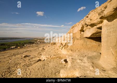 Blick von der Felsengräber von Beni Hassan Blick hinunter auf die fruchtbare Ebene und Nil zwischen Minya und Mallawi, - Stockfoto