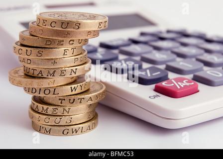 Stapel von 1 Pfund-Münzen und einen Taschenrechner - Stockfoto