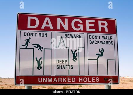 Australien, South Australia Coober Pedy.  Warnschild Warnung der offenen Grube Wellen im Bereich Coober Pedy Opale. - Stockfoto