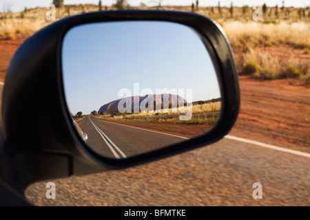 Australien, Northern Territory, Uluru-Kata Tjuta National Park.  Uluru (Ayers Rock) im Spiegel Sicht nach hinten. - Stockfoto