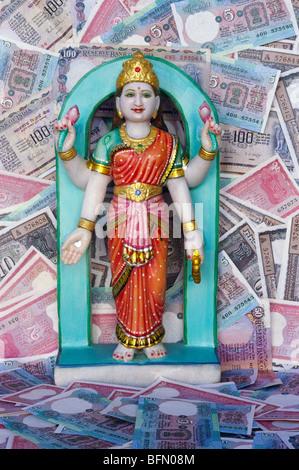 BDR 60857: Göttin des Reichtums Marmor Laxmi Idol mit indischen Geld Geldscheine - Stockfoto