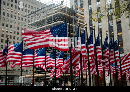 Hinter eine Anzeige von einem amerikanischen Flaggen rund um Rockefeller Plaza in NY Arbeitnehmer schmücken Sie - Stockfoto
