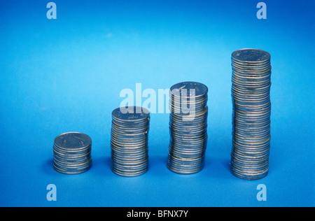 RMM 61771: Konzept; Münzen zeigen Wachstum Diagramm auf blauem Hintergrund - Stockfoto