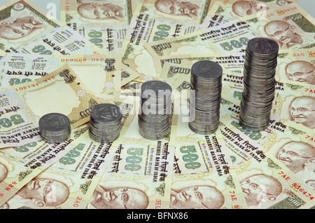 RMM 61772: Konzept; Münzen auf fünfhundert Rupien Noten zeigen Wachstum Diagramm - Stockfoto