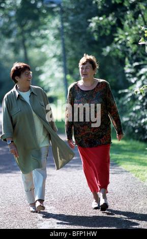 Glückliche alte Damen Wandern Routine in der Natur - Stockfoto