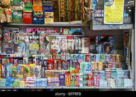 bunte Front der Zeitungskiosk hausieren Eskapismus verschiedener Art am lower Broadway in der Innenstadt von Manhattan - Stockfoto