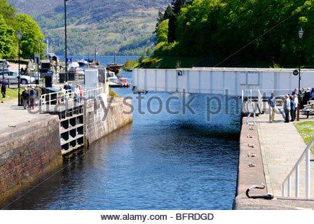 Schloss und Swing-Straßenbrücke in Fort Augustus zwischen Loch Ness und Loch Oich Schottland - Stockfoto