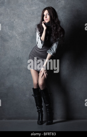 Junge schlanke Frau auf Wand Hintergrund. - Stockfoto