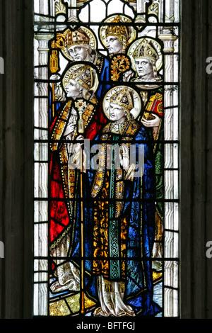Detail der ein Buntglasfenster Darstellung heiligen Augustinus Birinius, Paulinus, Osmund und einem anderen Heiligen - Stockfoto