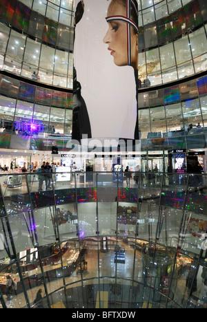Berlin. Deutschland. Atrium im Inneren Galeries Lafayette Quartier 207 in der Friedrichstraße. - Stockfoto