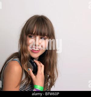 Junge Frau mit Kopfhörern - Stockfoto