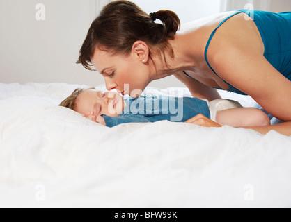Mutter, küssen schlafendes baby - Stockfoto