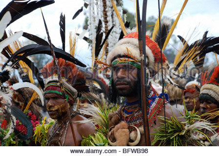 junge schöner Stammes-Krieger mit schwarzen Schnurrbart und Bart Goroka Sing Sing, Eastern Highlands Province (Papua - Stockfoto