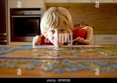 Bildnis eines Knaben mit einem puzzle - Stockfoto