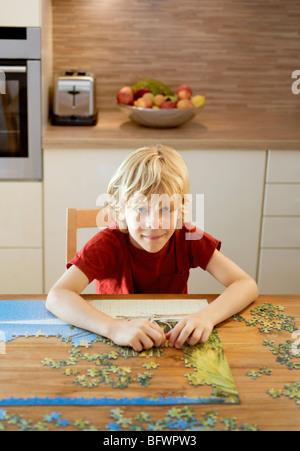 Bildnis eines Knaben, eine Puzzle zu tun - Stockfoto
