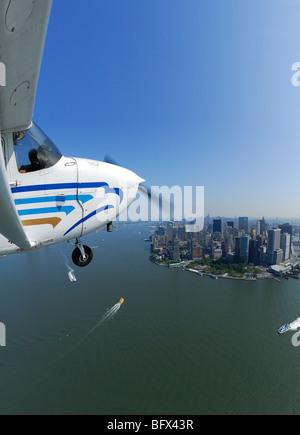 Eine leichte Flugzeug Cessna 172 fliegen über Lower Manhattan und Hudson River, New York City, USA - Stockfoto