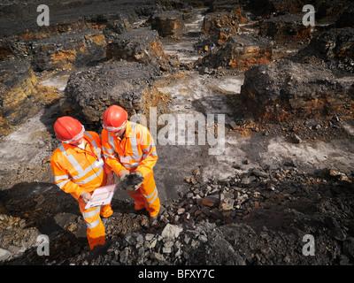 Arbeitnehmer, die Kohle In meine Inspektion - Stockfoto