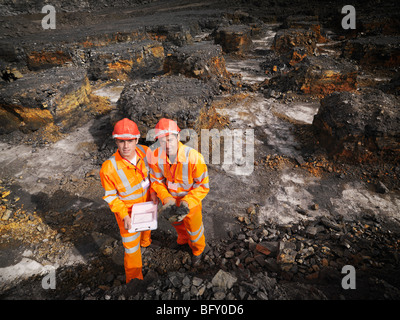 Arbeitnehmer mit Zwischenablage im Kohlebergwerk - Stockfoto