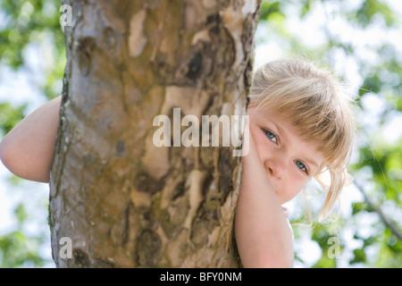 Junges Mädchen sitzen auf Schaukel - Stockfoto