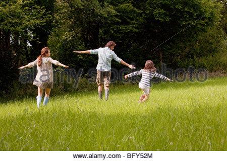 """Familie, die im Feld """"Land"""" - Stockfoto"""