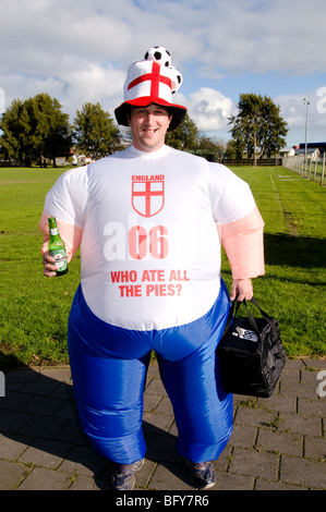 Englische Fußball-Anhänger mit aufblasbaren Kostüm - Stockfoto