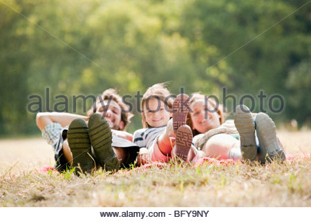 Familie liegen auf Decke in Landschaft - Stockfoto