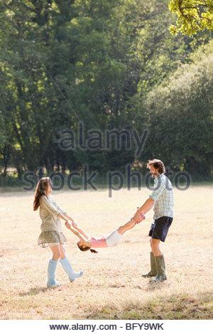 """Familie spielen im Feld """"Land"""" - Stockfoto"""