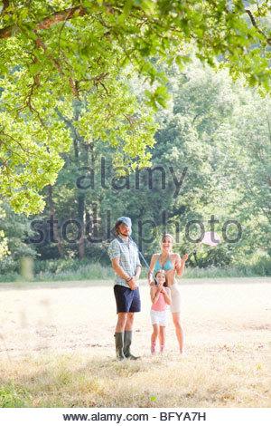 Familie im Land spielen mit Netzen - Stockfoto