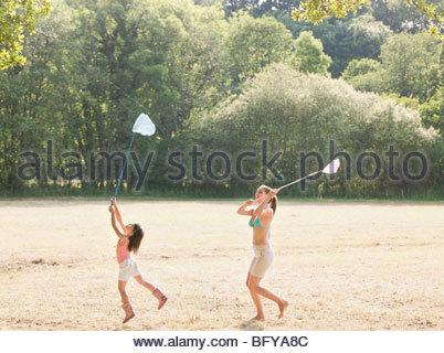 Mutter und Tochter im Feld mit Netzen - Stockfoto