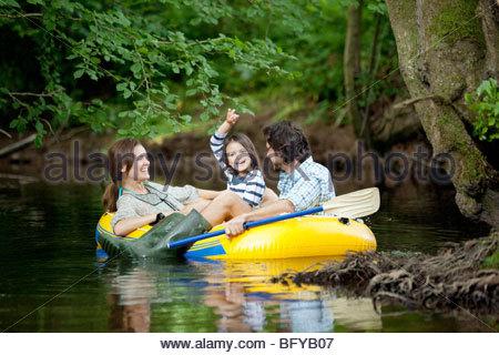 Familie im Schlauchboot am See - Stockfoto