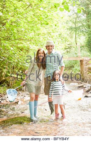 Familien stehen im Land-stream - Stockfoto